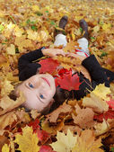 Autumn fun - lovely girl has a fun in autumn park — Stock Photo