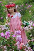 玫瑰花园-玫瑰花园里玩的漂亮女孩 — 图库照片