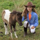 Ranč - krásná dívka s ohonem na ranči — Stock fotografie