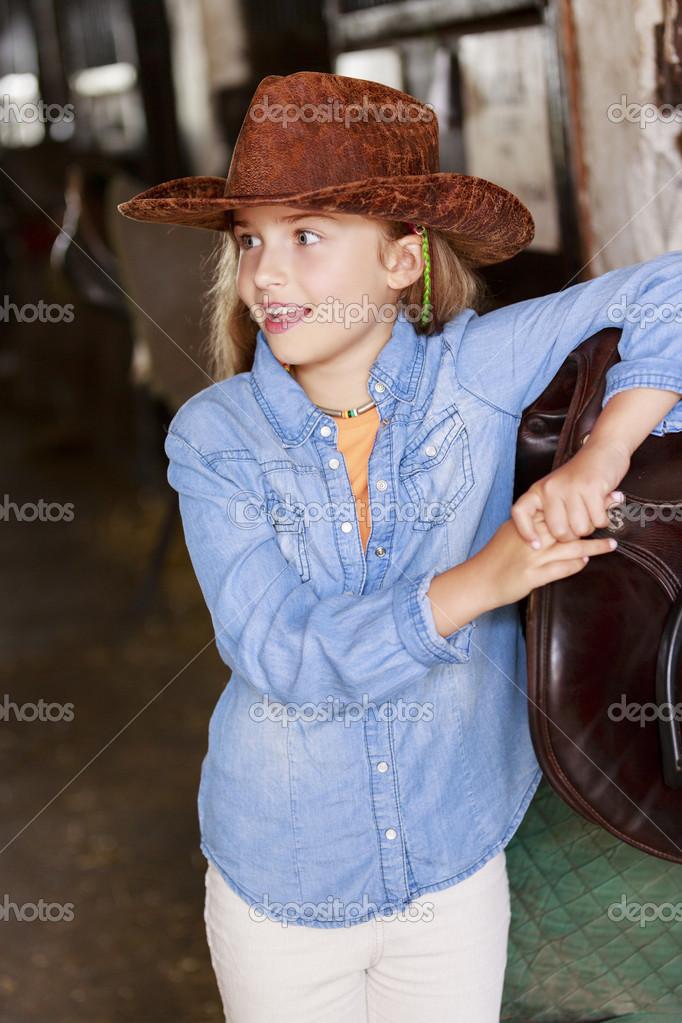Su un ranch ritratto di bella cowgirl foto stock for Piani di ranch tentacolare