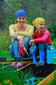 ガーデニング、緑化 - 庭の少女を助ける母 — ストック写真