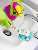Rengöring - rengöring badrum handfat med spray tvättmedel - hushållsarbete — Stockfoto