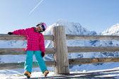 Skidåkning, kid, vinter - unga skidåkare på vintern semester — Stockfoto