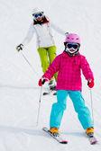 Esqui, esquiadores na corrida de esqui - criança esqui downhill, lição de esqui — Fotografia Stock