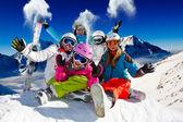 лыжи, снег и зимние развлечения - счастливые семьи лыжная команда — Стоковое фото
