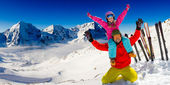 Ski, snow and winter fun - happy family playing in snow — Stock Photo