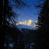 Winter mountains, panorama - sunset over snow-capped peaks — Stock Photo