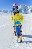 лыжи, горнолыжный курорт, зимние виды спорта - ребенка на горные лыжи — Стоковое фото