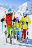 Sci, sciatori, sole e divertimento - vacanze invernali di famiglia enyoing — Foto Stock