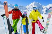 Esqui, esquiadores, sol e diversão - férias de inverno da família enyoing — Fotografia Stock