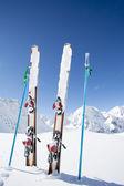 Lyžování, zima, hory a lyžařské vybavení na sjezdovky — Stock fotografie