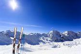 Esquí de fondo, temporada de invierno, las montañas y los equipos de esquí en pista de esquí — Foto de Stock