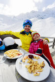 Winter, ski - skiers enjoying lunch in winter mountains — Stock Photo