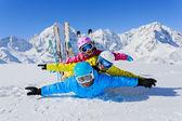 Esquí, invierno, nieve, esquiadores, sol y diversión — Foto de Stock