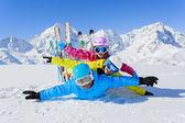 Sci di fondo, inverno, neve, sciatori, sole e divertimento — Foto Stock