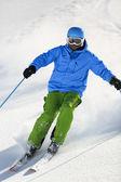 Sci, sciatore, freeride in neve fresca polverosa - uomo sci in discesa — Foto Stock