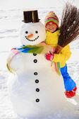 Divertimento invernale - bella ragazza gode di vacanza invernale — Foto Stock