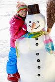Diversión de invierno - hermosa chica disfruta de vacaciones de invierno — Foto de Stock