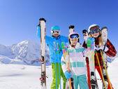 Lyžování, lyžaři, slunce a zábavy - rodinný enyoing zimní dovolenou — Stock fotografie