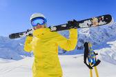 Esquí, esquiador, sol e invierno divertido - mujer disfrutando de vacaciones de esquí — Foto de Stock
