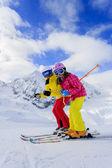 Kayak, kayakçı, güneş ve kış eğlence - kayakçı kayak tatil keyfi — Stok fotoğraf