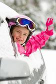 Зима, лыжи - Счастливый ребенок на дороге для лыжного отдыха — Стоковое фото
