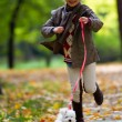 herfstwandeling met puppy - mode meisje met Maltees puppy in herfst park — Stockfoto #48190647