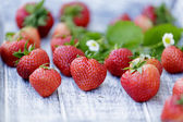 Strawberry - freshly picked strawberries in the garden — Stock Photo