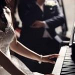 Newlyweds. Bride playing piano — Stock Photo