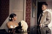 Braut ihrem bräutigam flügel bei — Stockfoto