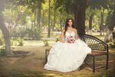 Beautiful bride in the park — Stockfoto