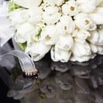 Белый свадебный букет на черном фоне — Стоковое фото