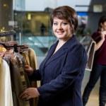 dwie kobiety szczęśliwy, zakupy w sklepie ubrania — Zdjęcie stockowe