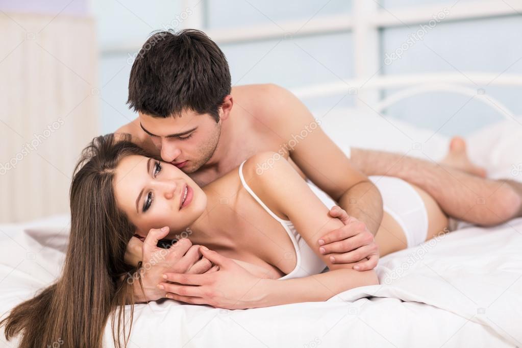 smotryu-na-zhenu-v-posteli
