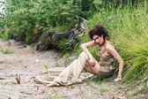 Flicka i en öken — Stockfoto