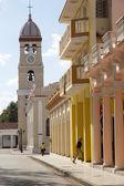 Cuban people are walking along the colonial street in Bayamo, Cuba — Stock Photo
