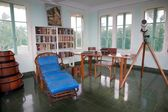 The studio and library and the typewriter on the desk of Hernest Hamingway in the tower of the Finca Vigia . Finca Vigia was the home of Hernest Hemingway in the suburb of the Havana, Cuba. Now the Finca Vigia is a museum — Foto de Stock
