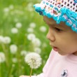 Little kid enjoys nature — Foto Stock