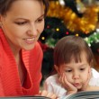 Mom reading with daughter — Stock Photo #12829787