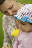маленький ребенок и мама наслаждаться природой — Стоковое фото