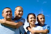 天空的幸福家庭 — 图库照片