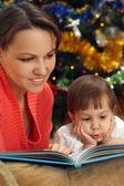 Mamma läser med dotter — Stockfoto