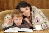 漂亮的白人男孩和他妈妈坐在一起 — 图库照片