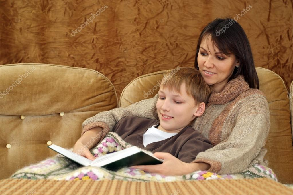 мама с сыном на диване № 75202