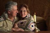 Bella coppia felice senior, seduto a un tavolo — Foto Stock