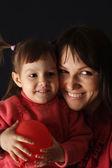 Geluk kaukasische gelukkig moeder met een dochter en een air-bal — Stockfoto