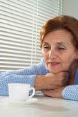美丽的白种人岁坐的女人 — 图库照片