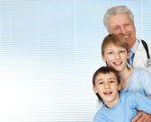 Feliz médico envelhecido com um paciente — Foto Stock