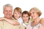 Grands-parents avec leurs petits-enfants intéressants — Photo