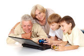 与他们愉快的爷爷和奶奶的孙子 — 图库照片